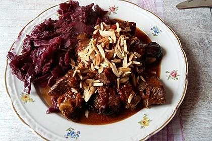 Rindfleisch mit Pflaumen, Zimt und Mandeln