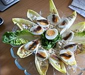 Chicorée-Schiffchen mit Gemüse und Ei
