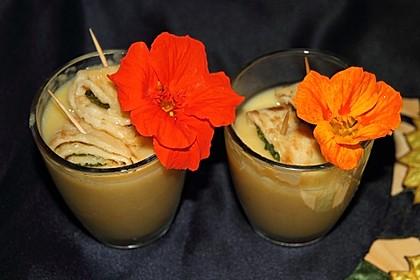 Gelbes Zucchinicremesüppchen mit Basilikum-Strudelchen à la Subisari