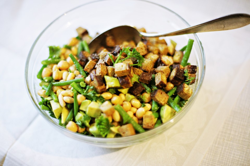 kichererbsen r uchertofu salat mit sojabohnen gr nen bohnen und avocado rezept mit bild. Black Bedroom Furniture Sets. Home Design Ideas