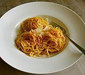 Gebratene Nudeln mit Paprikapulver und Parmesan