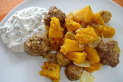 Kürbis-Rosenkohl-Gemüse mit Hackbällchen und Schnittlauchdip
