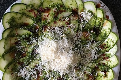 Zucchinicarpaccio mit Pesto 1