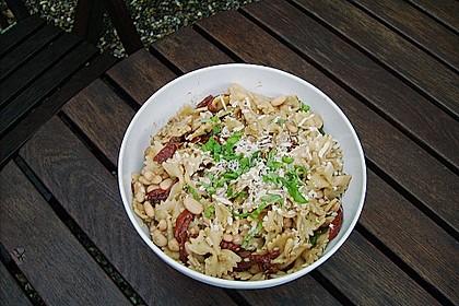 Nudelsalat mit getrockneten Tomaten, Basilikum und weißen Bohnen