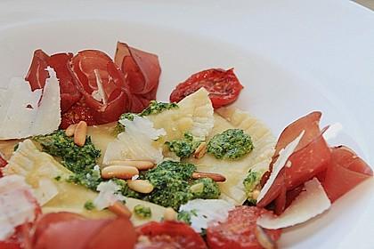 Steinpilzravioli mit Petersilienpesto, Parmesan und San Daniele Schinken 2