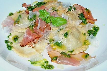 Steinpilzravioli mit Petersilienpesto, Parmesan und San Daniele Schinken 1