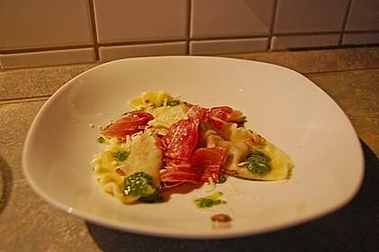 Steinpilzravioli mit Petersilienpesto, Parmesan und San Daniele Schinken 22