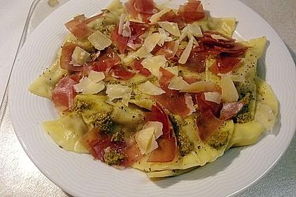 Steinpilzravioli mit Petersilienpesto, Parmesan und San Daniele Schinken 14