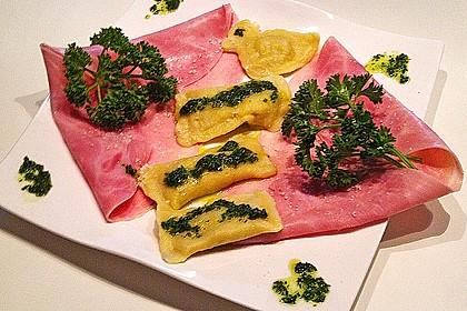 Steinpilzravioli mit Petersilienpesto, Parmesan und San Daniele Schinken 19