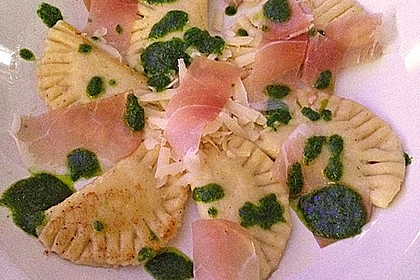 Steinpilzravioli mit Petersilienpesto, Parmesan und San Daniele Schinken 8