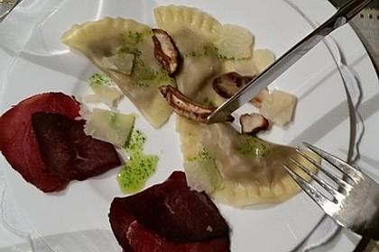 Steinpilzravioli mit Petersilienpesto, Parmesan und San Daniele Schinken 17