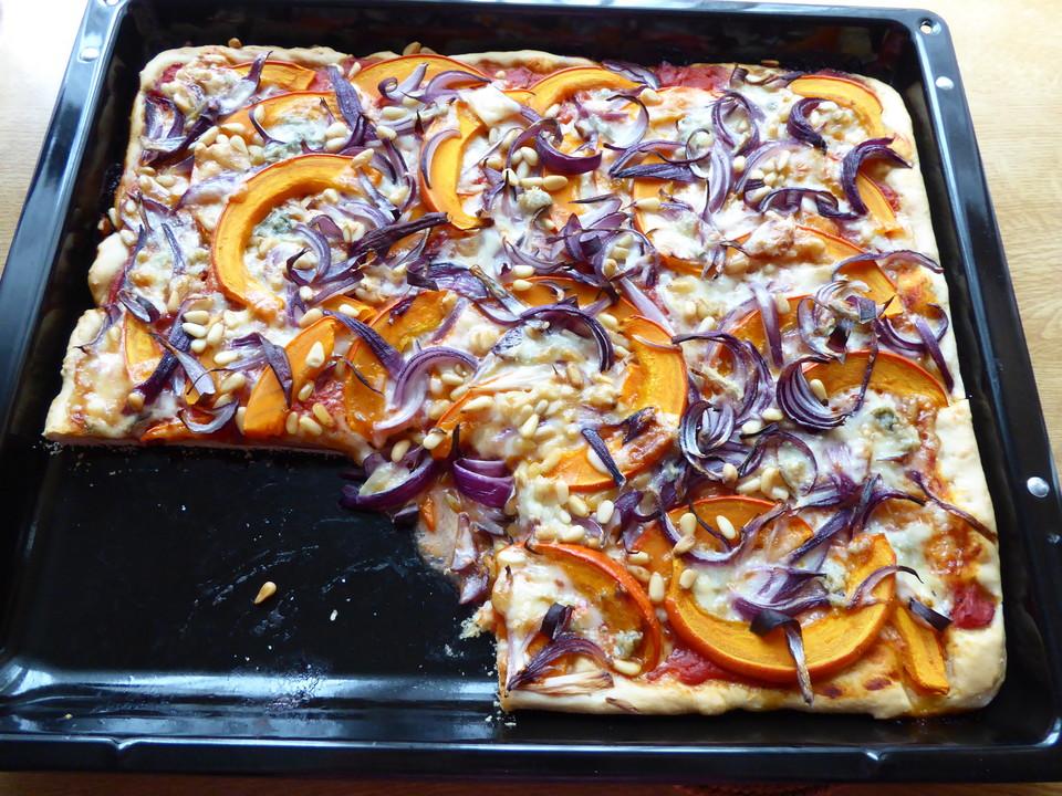 vegetarische k rbis pizza mit pinienkernen und gorgonzola rezept mit bild. Black Bedroom Furniture Sets. Home Design Ideas