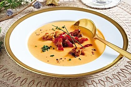 Süßkartoffelsuppe mit Speckwürfeln und karamellisierten Walnüssen