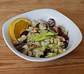 Quinoa-Salat mit Trauben und Staudensellerie