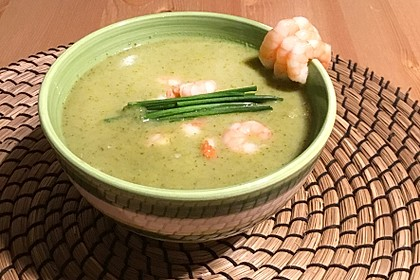 Curry-Brokkolisuppe mit Frischkäse und Garnelen