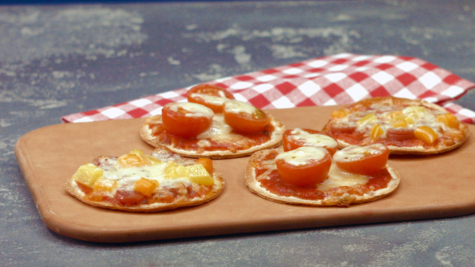mini pizza aus tortilla fladen rezept mit bild von chefkoch video. Black Bedroom Furniture Sets. Home Design Ideas