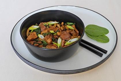 Udon-Nudeln mit Hähnchenfleisch, Spinat und Shiitake-Pilzen