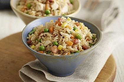 Klassischer gebratener Reis mit Hühnchen und Gemüse