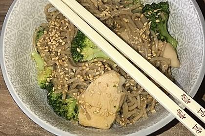 Asiatisch marinierte Hähnchenbrust mit Brokkoli und Soba-Nudeln 1