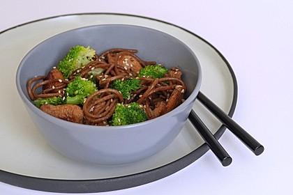 Asiatisch marinierte Hähnchenbrust mit Brokkoli und Soba-Nudeln