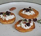 Gebackene Süßkartoffelscheiben mit Ziegenfrischkäse, Pekannüssen, Cranberries und Thymian