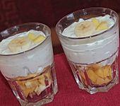 Chia-Quark auf marinierten Mango- und Bananenstückchen