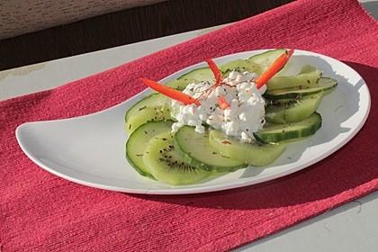 Gurken-Kiwi-Carpaccio mit körnigem Frischkäse