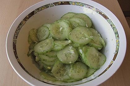 Gurkensalat mit Essig und Öl 39