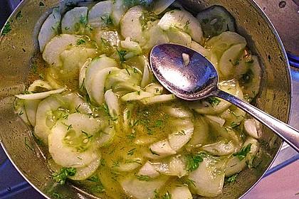 Gurkensalat mit Essig und Öl 26