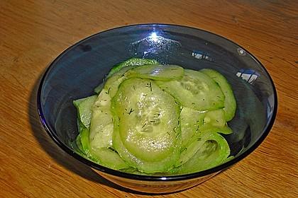 Gurkensalat mit Essig und Öl 25