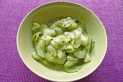 Gurkensalat mit Essig und Öl 12