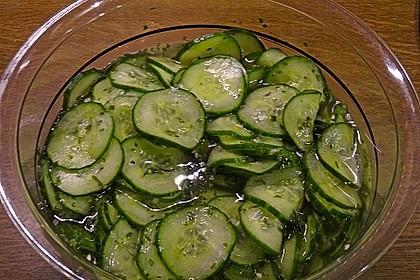 Gurkensalat mit Essig und Öl 17