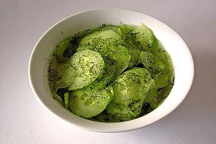 Gurkensalat mit Essig und Öl 11