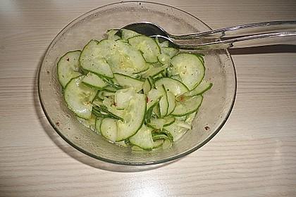 Gurkensalat mit Essig und Öl 29