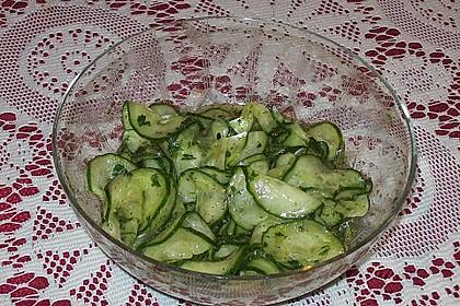 Gurkensalat mit Essig und Öl 44