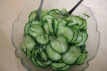 Gurkensalat mit Essig und Öl 5