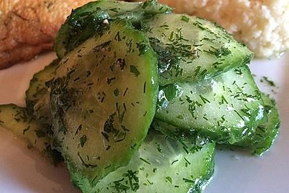 Gurkensalat mit Essig und Öl 7