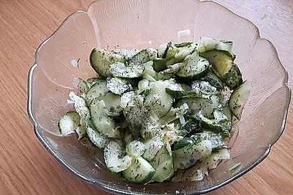 Gurkensalat mit Essig und Öl 14