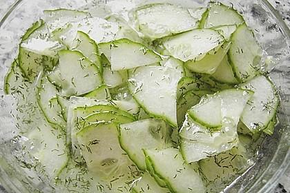 Gurkensalat mit Essig und Öl 38
