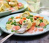 Tortellini in cremiger Erbsen-Möhren-Sauce