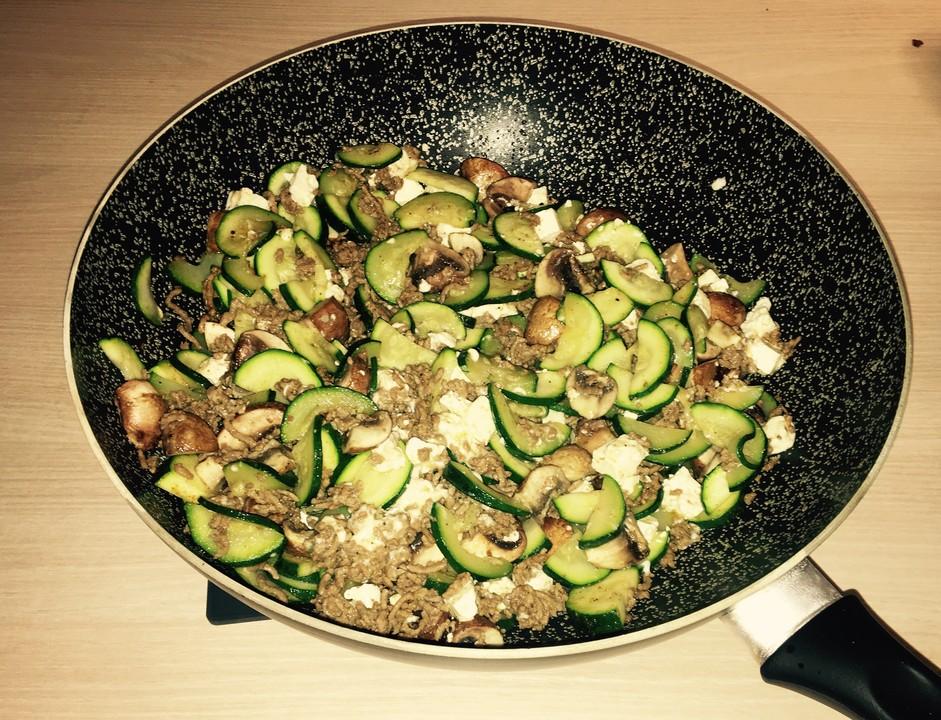 Zucchini hack pfanne mit feta von ella1337 for Kochen zucchini