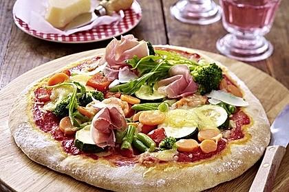 Schnelle italienische Pizza mit Parmaschinken, Gemüse und Parmesan