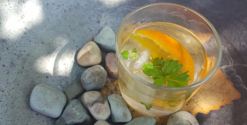 gin tonic mit waldmeister und orange rezept mit bild. Black Bedroom Furniture Sets. Home Design Ideas