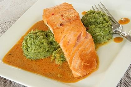 Lachs in Curry-Kokos-Soße mit Brokkolipüree 7
