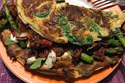 Rucola Crêpe mit Spargel, Tomaten, Oliven und Mozzarella