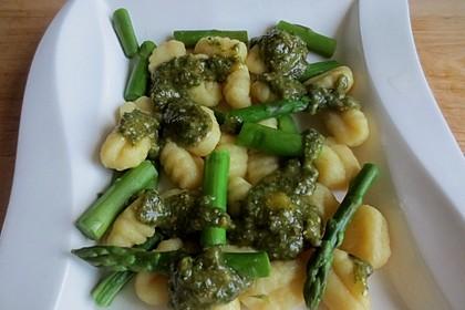 Gnocchi mit grünem Spargel und Pesto Genovese