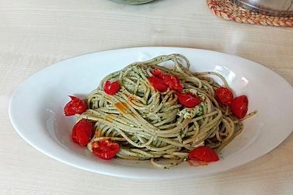 Vollkorn-Spaghetti mit frischem Basilikum-Pesto, dazu geschmolzene Tomaten und Mozzarella