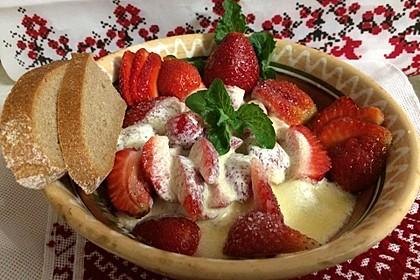 Erdbeeren mit Crème fraîche und dunklem Brot
