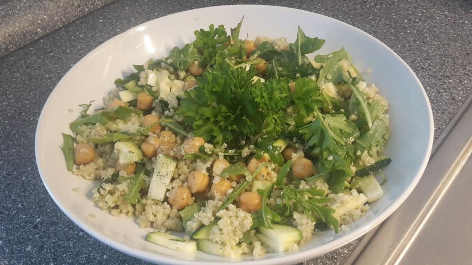 quinoa salat mit avocado joghurt dressing rucola und kichererbsen rezept mit bild. Black Bedroom Furniture Sets. Home Design Ideas