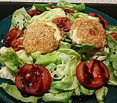 Panierter Mozzarella im Salatbett